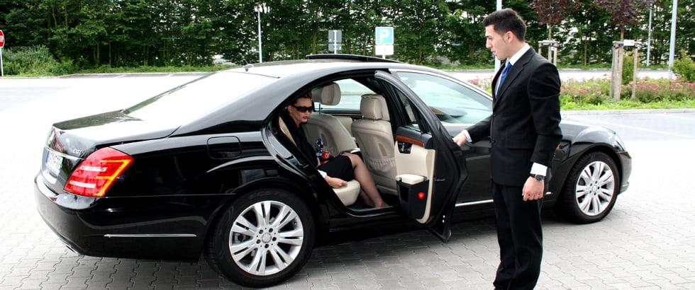 аренда автомобиля с водителем в москве на день это