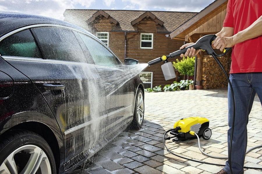 Was nicht zu tun beim Waschen und Reinigung des Autos? Die Liste der Gegenanzeigen für die Außen- und Innenpflege