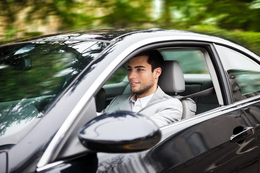 картинки молодой человек едет на машине подходит