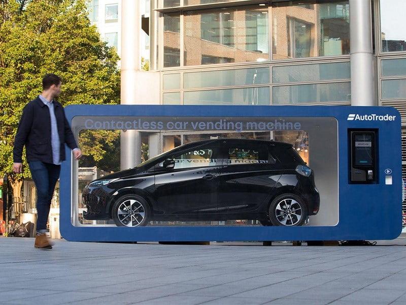汽车自动售货机在伦敦街道上运行